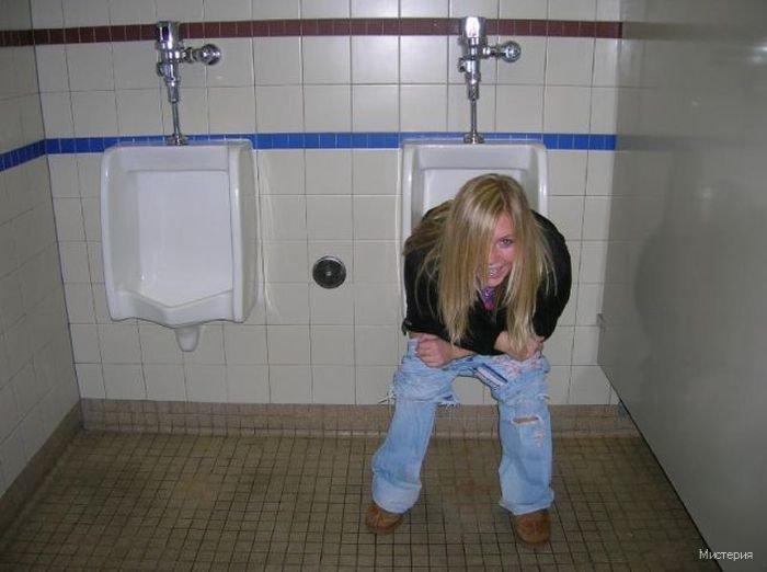 Писающие в туалете видео может