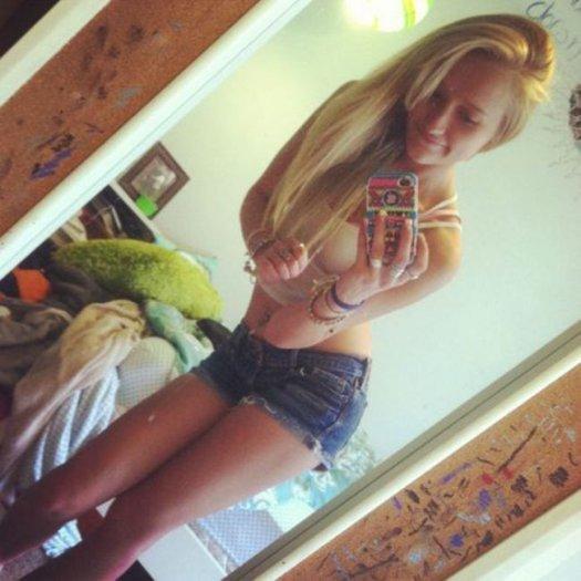 Фото блондинки у зеркала на аву